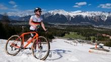 Rennradfahrer am Patscherkofel im Schnee, Tirol, Austria