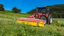 Traktor beim Mähen in Patsch, Tirol, Austria