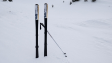 Ski stecken im Schnee