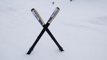 Skiunfall absichern / Ski stecken im Schnee