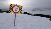 Hinweisschild / Gesperrt / Alpine Gefahren / Lawinengefahr