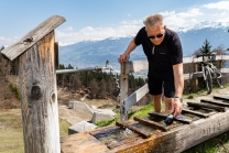 Wanderer kühlt sein Bier / Arzler Alm, Nordkette, Innsbruck, Tirol, Austria