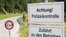 Hinweisschild: Achtung! Polizeikontrolle / Patsch, Ellbögen, Tirol, Austria
