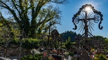 Friedhof der Pfarrkirche Johannes der Täufer in Ampass, Tirol, Austria