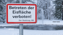 zugefrorener Teich im Kurpark Igls, Innsbruck, Tirol, Austria