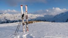 Ski und Skistöcke stecken im Schnee