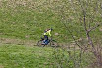 Moutainbiker auf einem Wanderweg