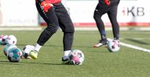 Fußballer tritt gegen einen Ball